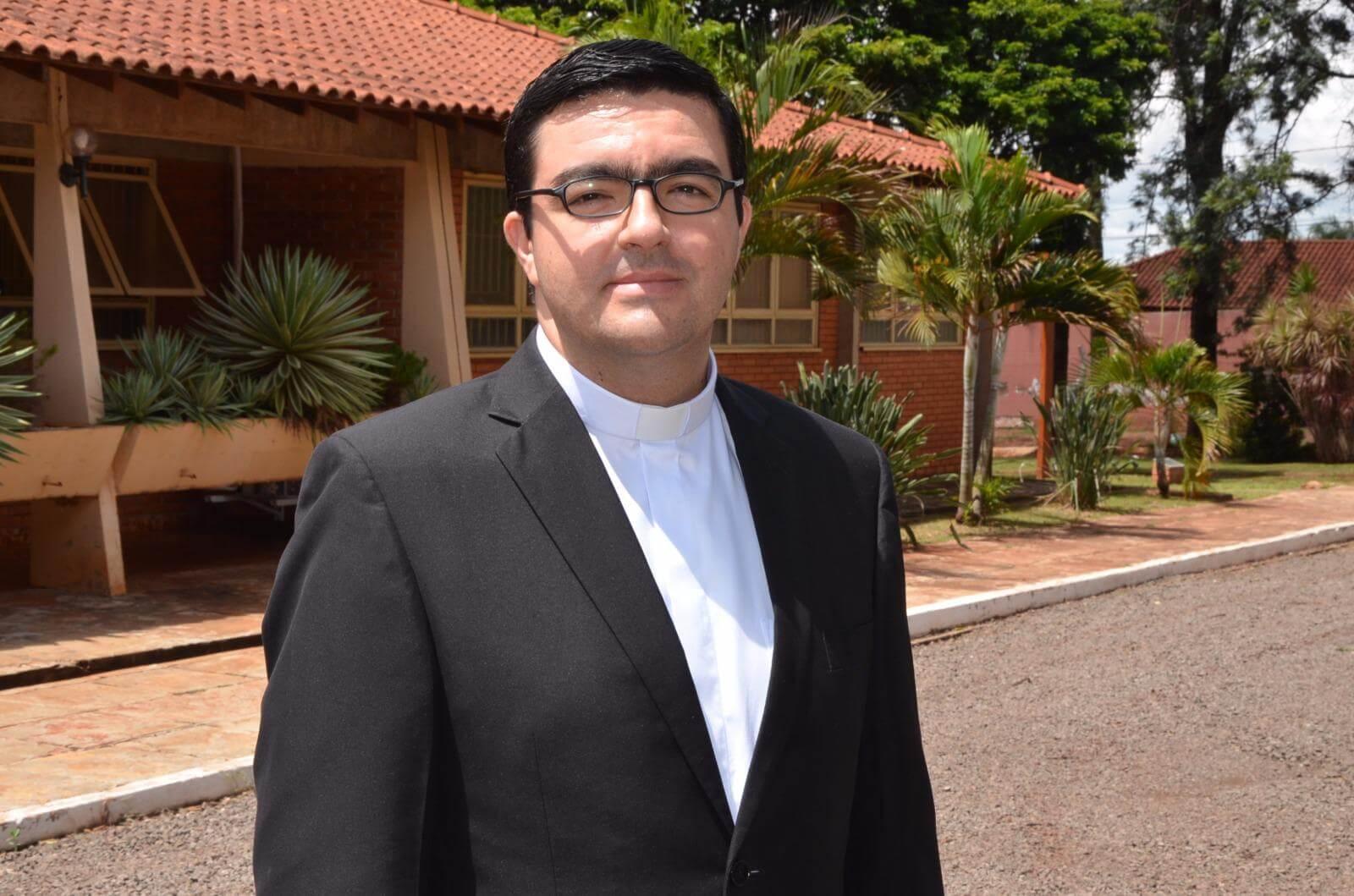 Foto do Padre Juan Diego comentando o Evangelho