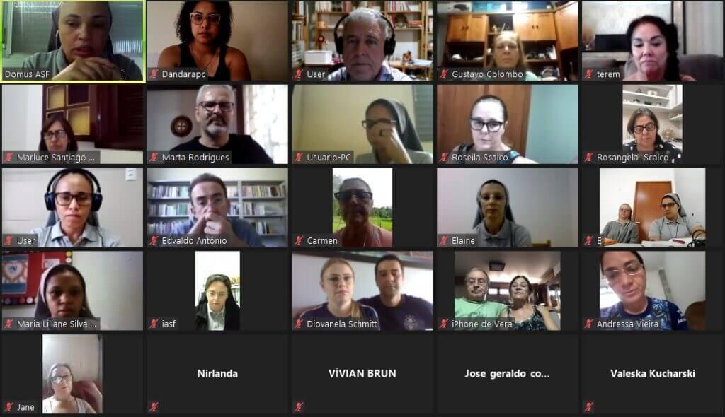 Foto do grupo de participantes do curso pedagogia para um trabalho de base com a família