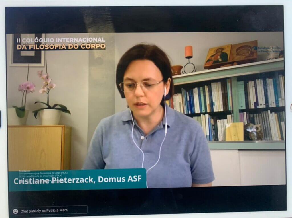 """Professora Cristiane da Domus ASF apresentando o livro Por uma filosofia da encarnação. O """"dizer do corpo"""""""